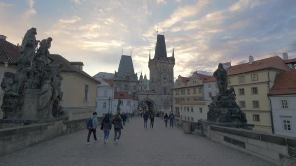 Lidí na Karlově mostě v Praze, Česká republika