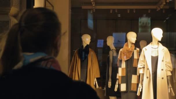 Zadní pohled na ženy bude výloha s figuríny ženy