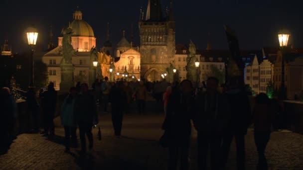 Občanů a turistů na Karlově mostě v noci, Praha