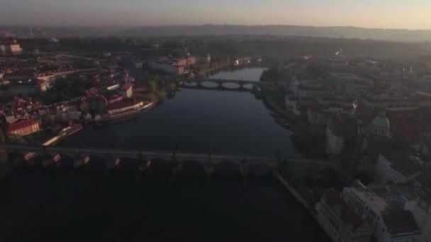 Letecký pohled na historické části Prahy a mosty přes řeku Vltavu v sunrise. Karlův most. Městská krajina