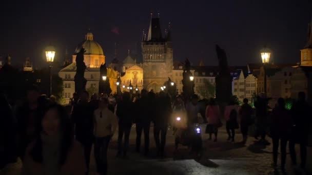 Noční pohled z Karlova mostu s lidmi, Praha
