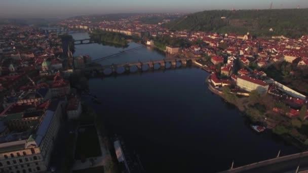Pražské panorama s řeky Vltavy, letecký pohled