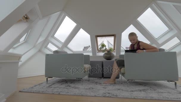 Slaapkamer In Kubus : Vrouw met zeem in de kamer van kubus huis u stockvideo danr