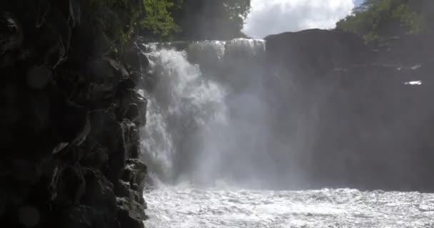 Vodopád mezi skalami v Mauriciu