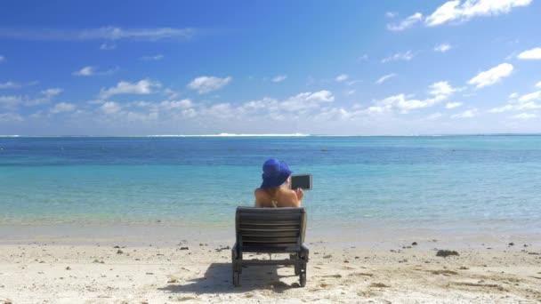 Kék lagúna partján pad napozóterasz nő
