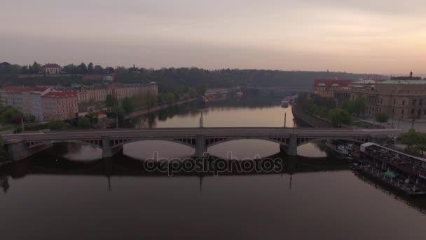 Letecký pohled na podél Vltavy v létě. Praha, Česká republika