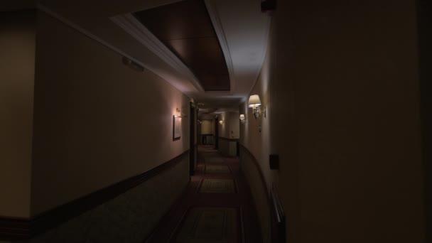 Pohled na kolo hotelové chodby s zapálené lampy
