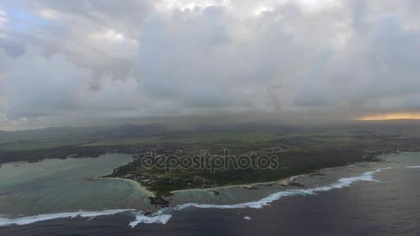 Letecký snímek Mauricius s nízkými mraky a modré laguny