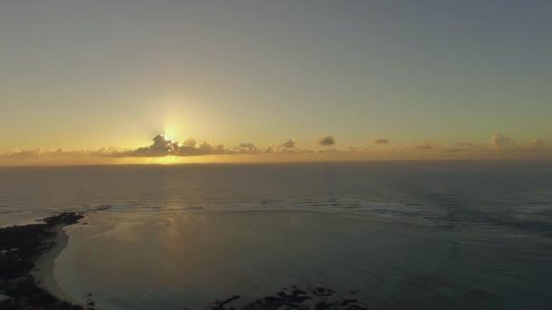A légi felvétel a Mauritiusi part, naplementekor