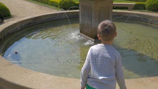 pohled z malého chlapce házení mincí do vody, Praha, Česká republika