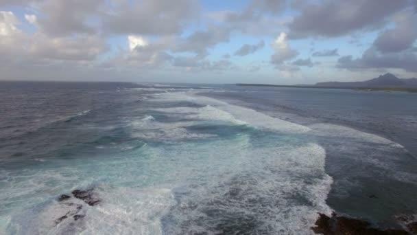 Pěnivý vlny Indického oceánu, letecký pohled