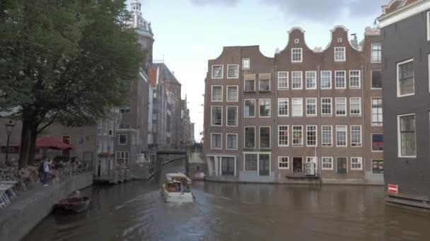 Amsterdamu scény s plachetnice