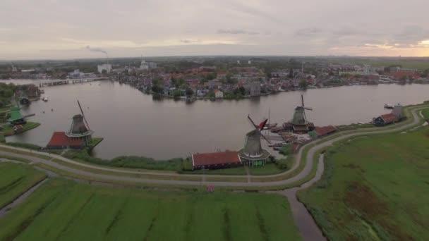 Letecká scéna s větrnými mlýny a township v Nizozemsku