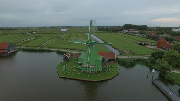 Letecký záběr starých větrných mlýnů a pole v Nizozemsku