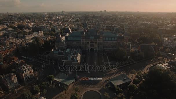 Pohled na národní muzeum Rijksmuseum na Museumplein, Amsterdam, Nizozemsko