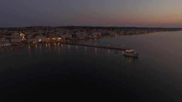 Létání nad turistických lodí v moři v noci