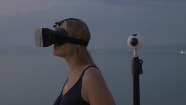 Nő a Vr-fejhallgató és 360 fokos kamerával