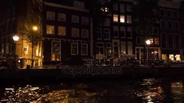 Timelapse pohled na panoráma města při řece plavba v noci, Amsterdam, Nizozemsko