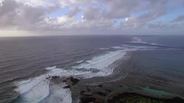 Luftaufnahme der Wasserlinie von Meeren, die sich nicht gegen blauen Himmel mit Wolken vermischen, Mauritius Island