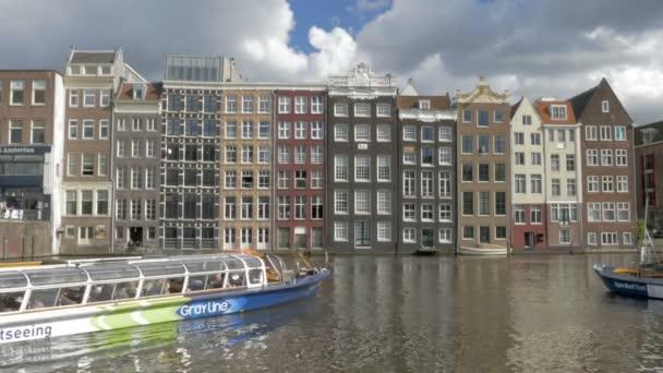 Turistické lodě plující v Amsterdamu