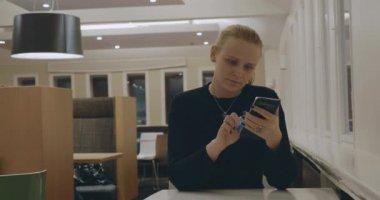 Блондинка в одиночестве видео