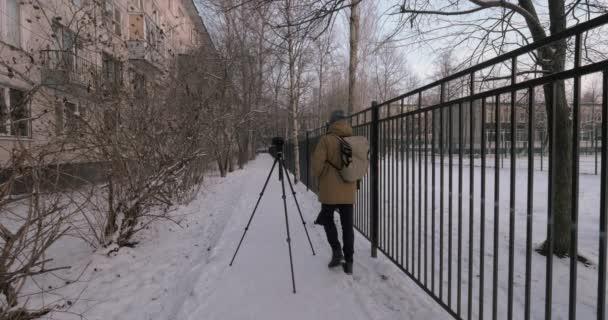 Muž fotograf focení venku v zimě