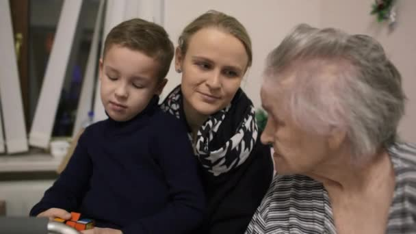Frau mit Sohn zu Besuch bei Großmutter