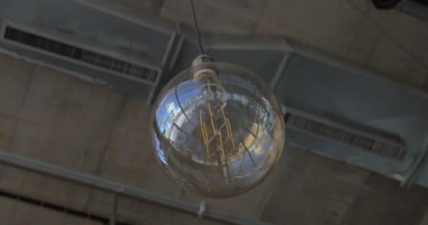 Lampade A Globo Prezzo : Lampada globo di vetro appeso al soffitto u video stock danr