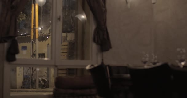 Zobrazení vnější a vnitřní dům v noci