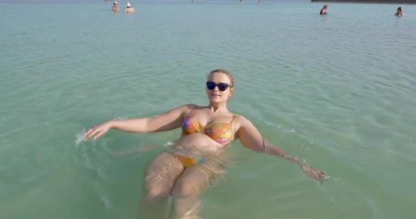 d178a856b Mujer embarazada bañarse en agua salada del mar muerto. Resort en Israel–  metraje de stock