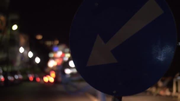 Noční ulice s řízením auta a objížďka znamení