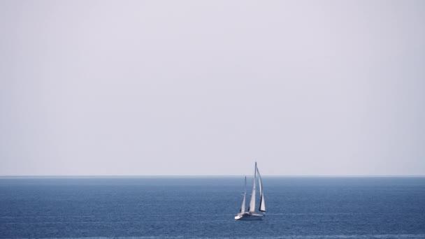 Waterscape moře, nebe a vyplutím jachty