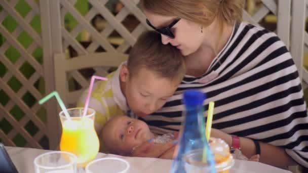 Család, anya, két gyermek élvezi időt együtt
