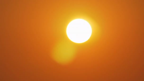 Zlaté slunce v oranžové obloze