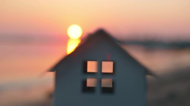Modell des Hauses im Freien bei Sonnenuntergang