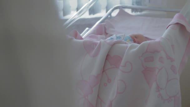 Novorozenec holčička spí během své první dny v porodnici