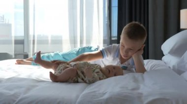 Bett Kleinkind Junge ~ Fröhliche kleinkind jungen tanzen auf bett mit seiner älteren