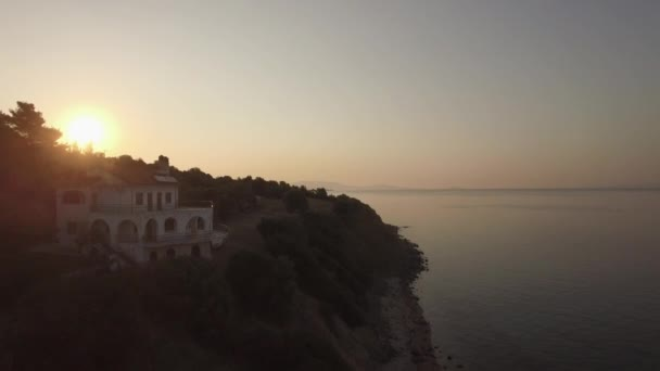 Letecký pohled na moře, nábřeží silniční a horské krajiny při západu slunce, Řecko