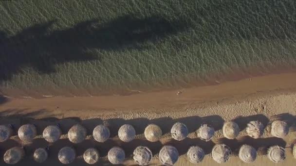 Letecká dovolená scény z moře a pláž s slaměné slunečníky