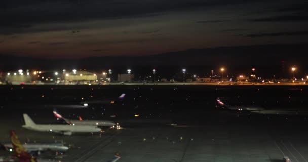 Timelapse letadlo a nákladní dopravy v letiště Šeremetěvo v noci, Moskva