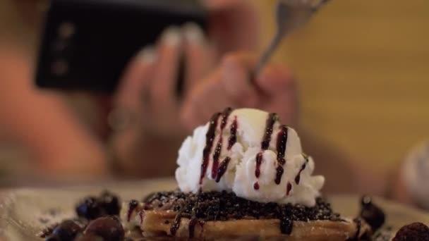 Žena dělat mobilní fotografie dezert se zmrzlinou