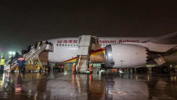 Timelapse de desembarque avião Hainan Airlines durante a noite ... 76108146ee56f