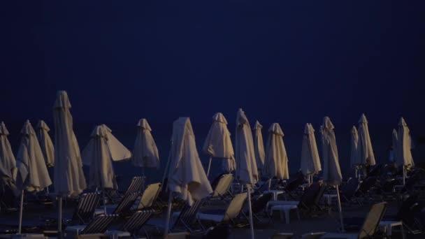Gewitter zieht in der Nacht an die Küste