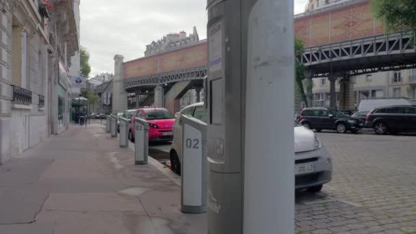 Elektrické auto rozdělající služba Autolib s vozidly nabíjení, Paříž
