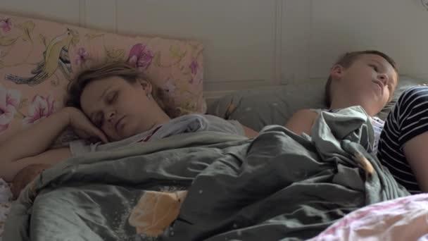 Спящая мама подглядывающий сын