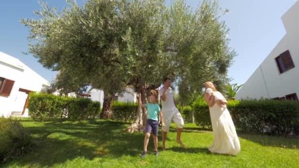 Šťastní rodiče s dětmi v zahradě