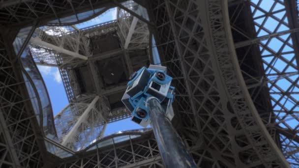 Snímání záběru 360 stupňů pod Eiffelovu věž v Paříži