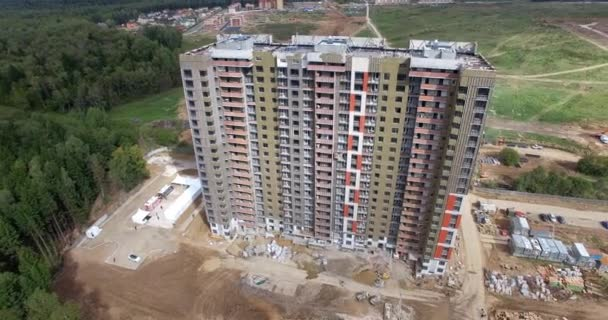 High-rise apartman blokk a város szélén, légi kilátás