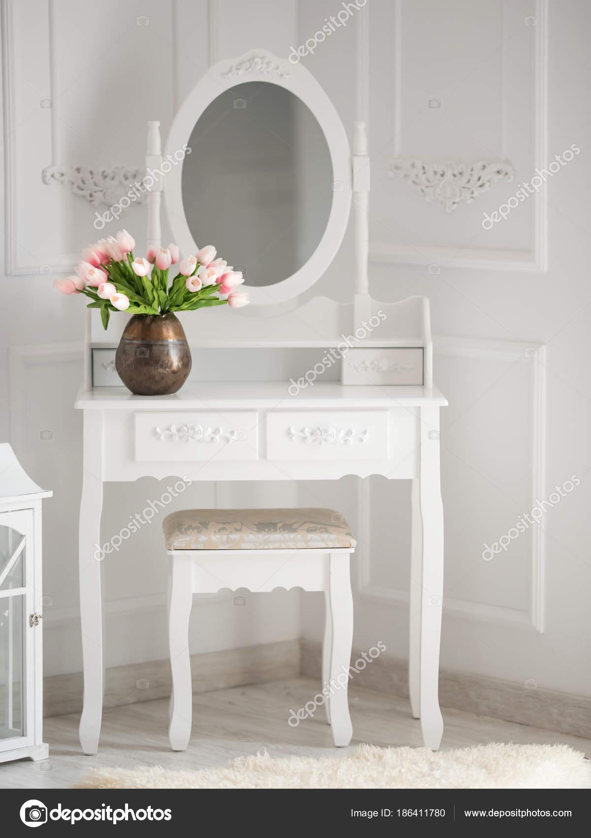 Tavolino Da Boudoir.Tavolino Con Specchio Per Il Trucco Foto Stock