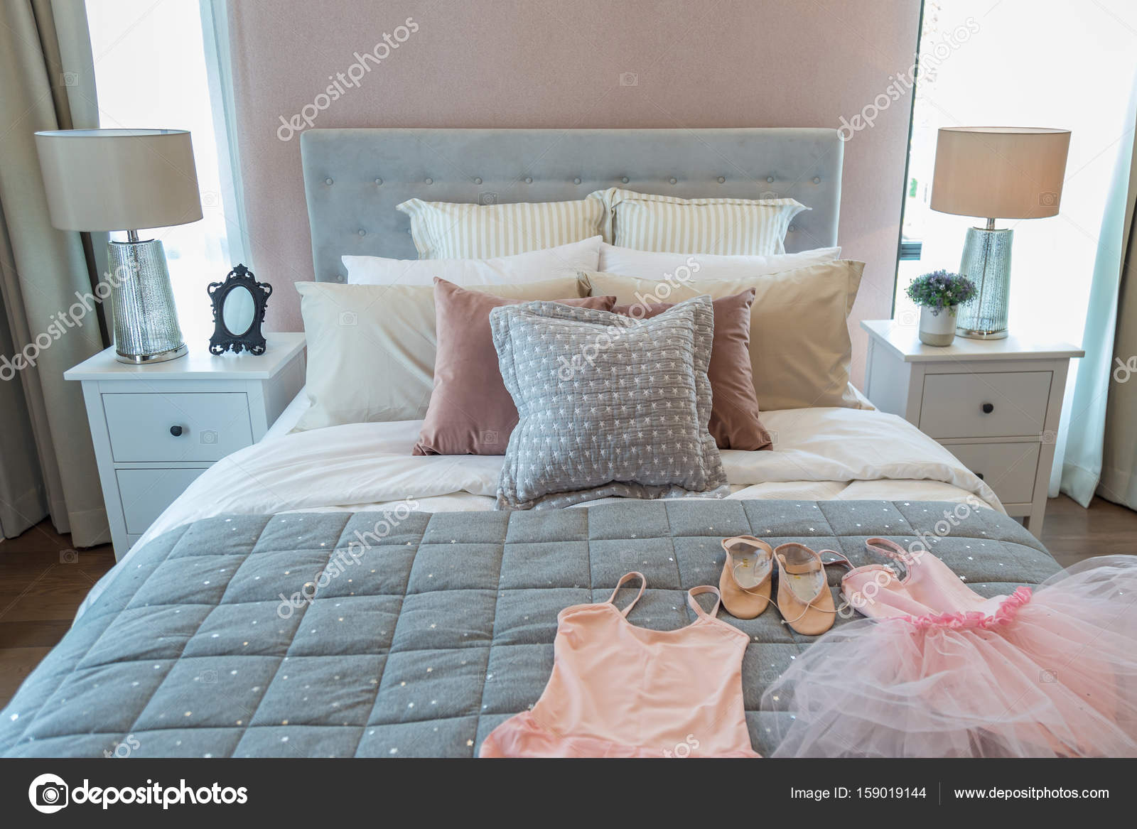 Ballett Set Auf Ein Madchen Bett Stockfoto C Tisomboon